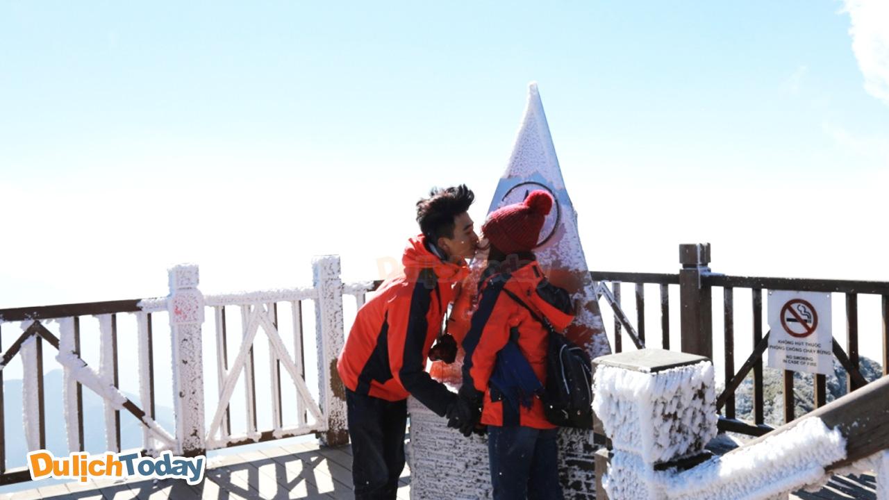 Trao nhau nụ hôn cho nhau trên đỉnh Fansipan khi tuyết rơi ở Sapa tháng 12