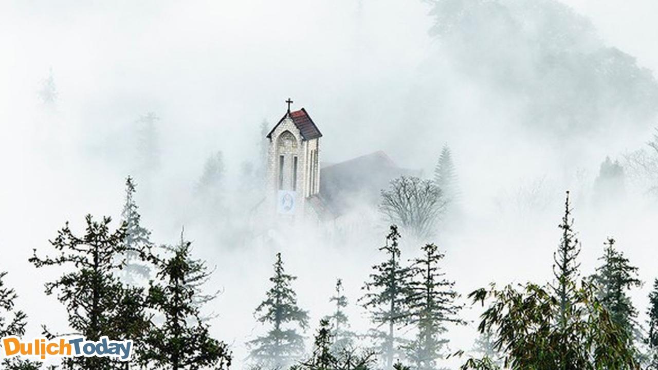 Thị trấn Sapa chìm đắm trong biển sương - biển mây vào lúc sáng sớm